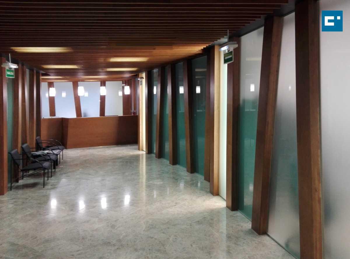 De planta irregular, está conformado por lados definidos por líneas quebradas. El acristalamiento translúcido de los huecos transmite la luz natural perimetral del edificio.