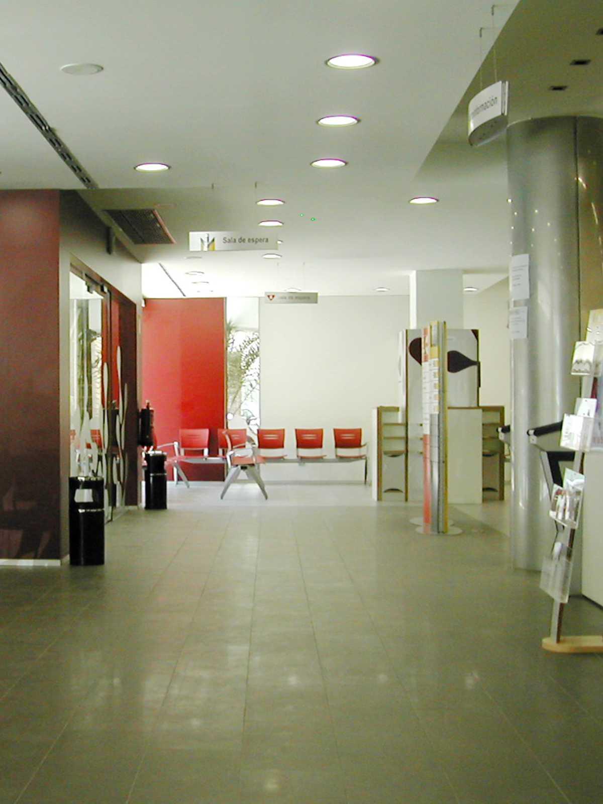 El desarrollo del diseño integral para la imagen del Servicio Navarro de Empleo supuso un trabajo de colaboración interdisciplinar que abarca desde el interiorismo y el diseño del mobiliario hasta el grafismo y la rotulación.