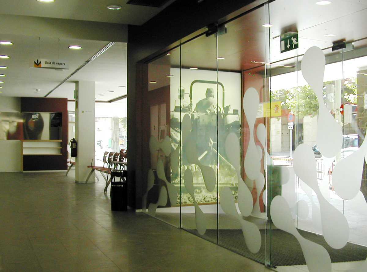 El resultado son múltiples oficinas que repiten una imagen reconocible, moderna y funcional, con un diseño flexible y adaptable a los distintos espacios.