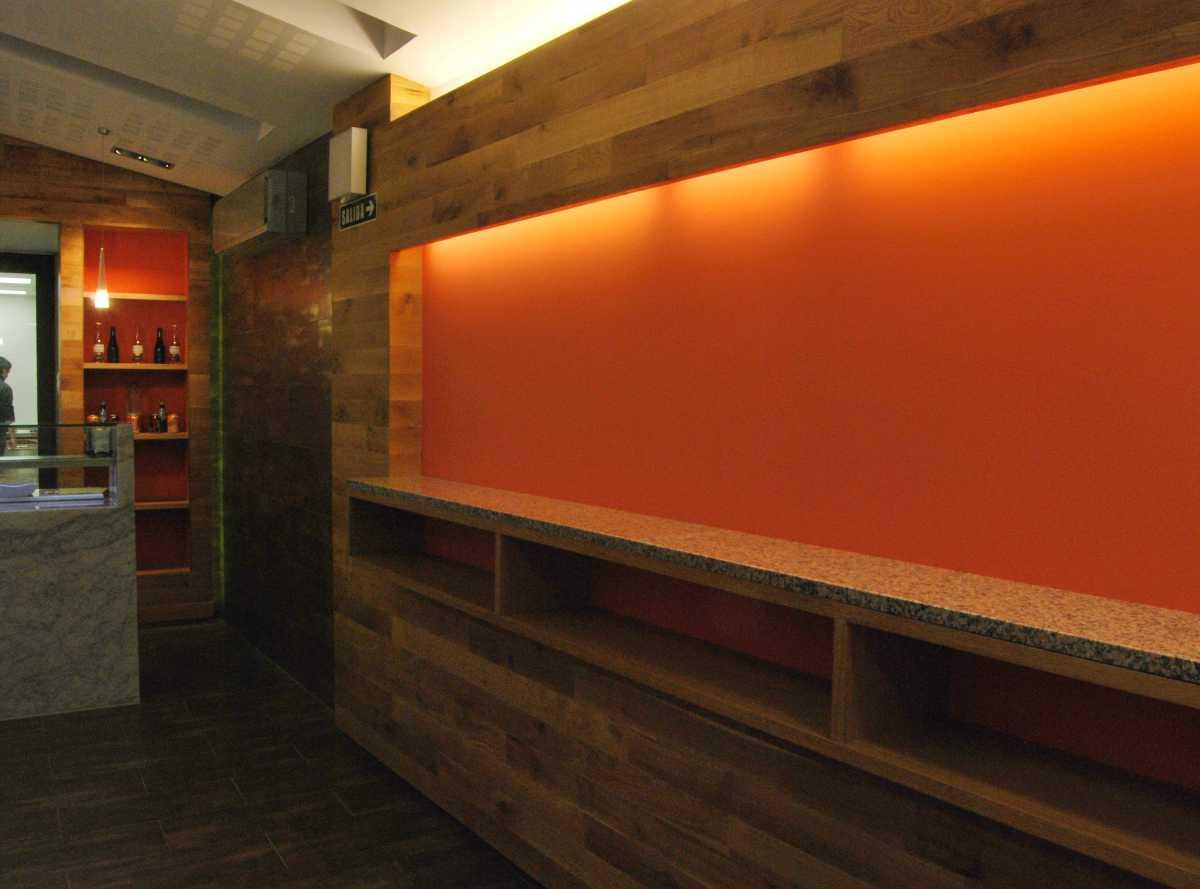 Sin perder de vista la elección de unos materiales cálidos, madera y gres con efecto metálico, incluso respetando y dejando vistas alguna de las vigas de madera originales del edificio.