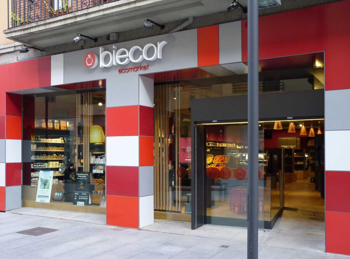 La fachada pretende llamar la atención del público mediante formas y colores que anuncien un supermercado con un producto diferente.
