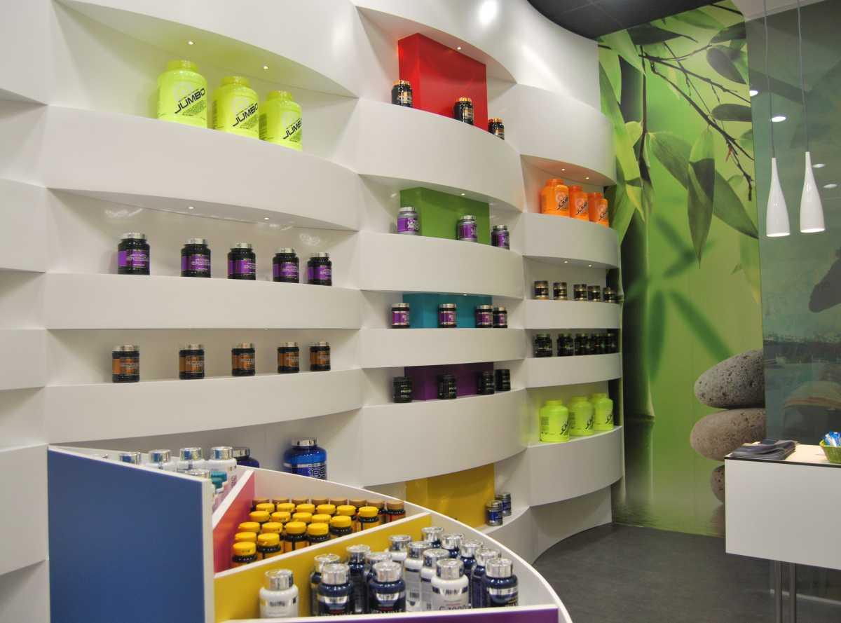 Los Colores neutros y el blanco impoluto empleados en la decoración juegan con la imagen multicolor del producto.