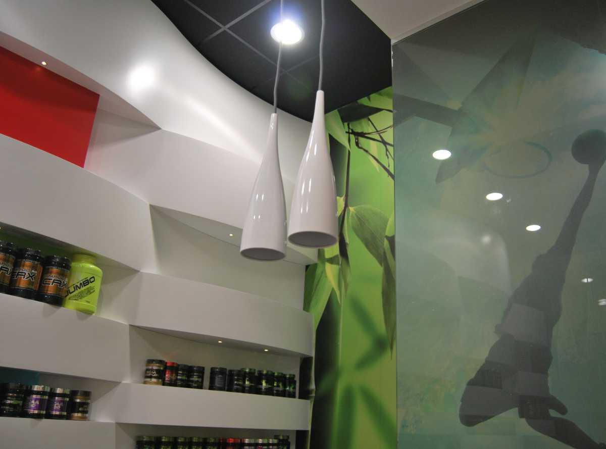 Luces, reflejos y transparencias contrastan con el techo negro.