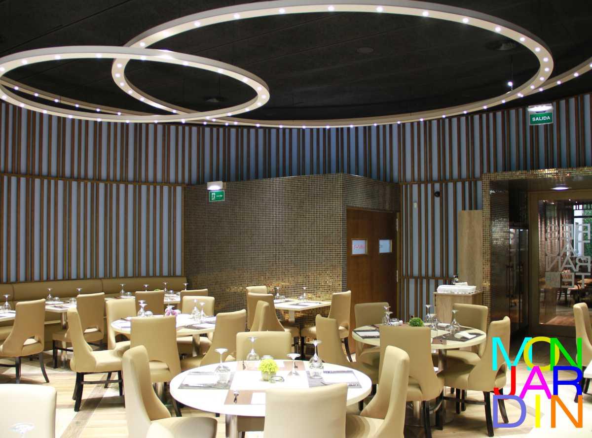 El comedor esta conformado por un cilindro en el que aparecen, a modo de macla los prismas que albergan la cocina y el paso que conecta con los servicios y el bar. La alegoría del circulo se repite en la iluminación.
