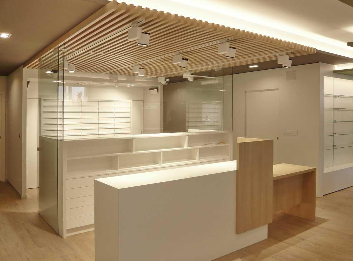 Se ha cuidado el diseño del mobiliario y de la iluminación para que la farmacia sea amable y atractiva para el público y cómoda y funcional para trabajar.
