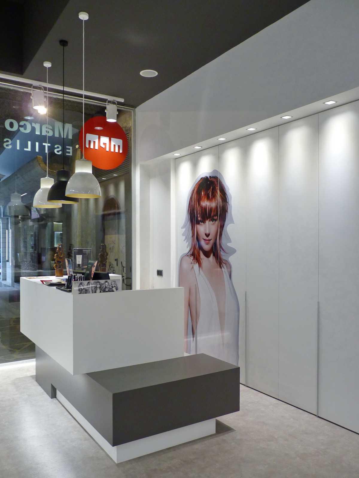 Líneas puras y colores neutros que permiten resaltar el trabajo de los peluqueros. Diseño interior para un buen estilismo.