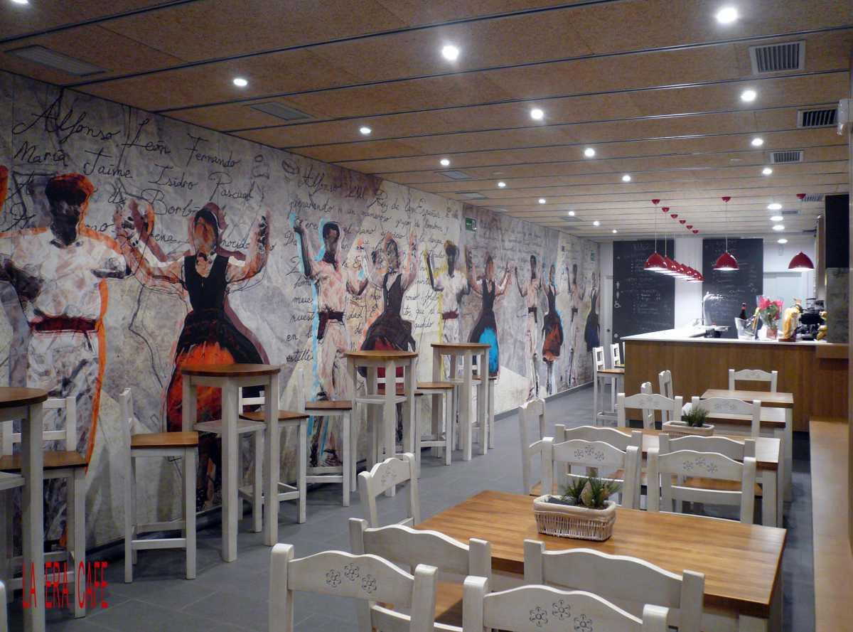 Un gran mural alegórico de la dantza por excelencia de Estella-Lizarra, que da nombre al establecimiento, recorre longitudinalmente la pared izquierda desde la fachada, penetrando hasta el interior de la zona de aseos.