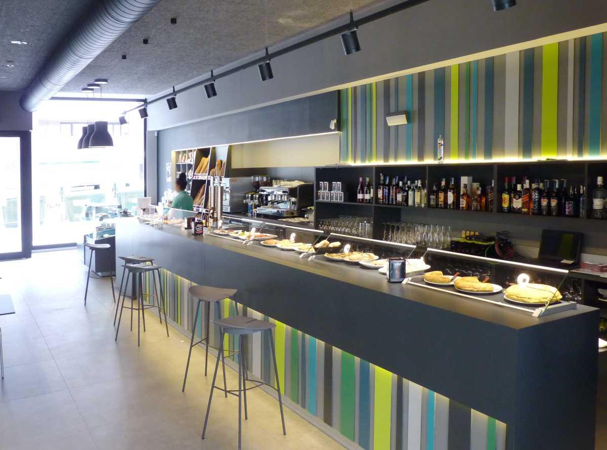 El interior, amplio y cómodo, ofrece una imagen atractiva en las distintas zonas: pastelería, barra, comedor...