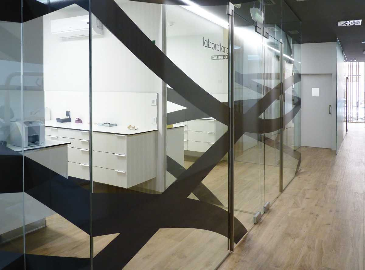 En el interior, la zona técnica de laboratorios se distribuye con cierres de vidrio que aportan limpieza y transparencia al trabajo.