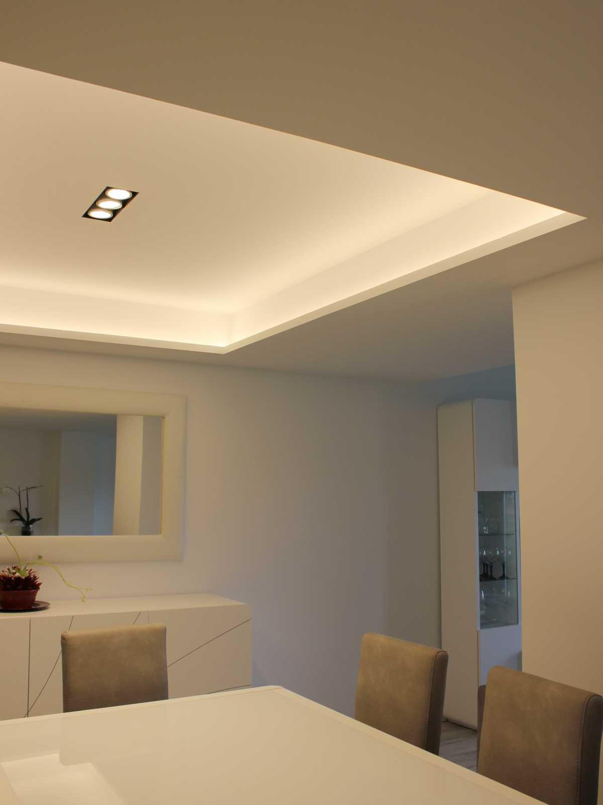 Se juega con los techos y la iluminación para realzar los espacios. Formando zonas más altas con fosas iluminadas con led y zonas más bajas con focos, que distribuyen y marcan los diferentes zonas.