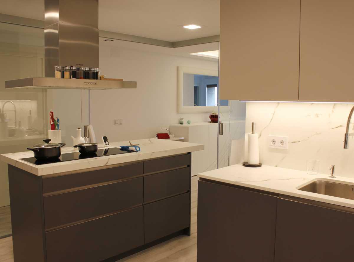 Únicamente la cocina se cierra con una separación de vidrio con puertas correderas que permiten tener todo abierto o cerrarlas sin limitar la vista.