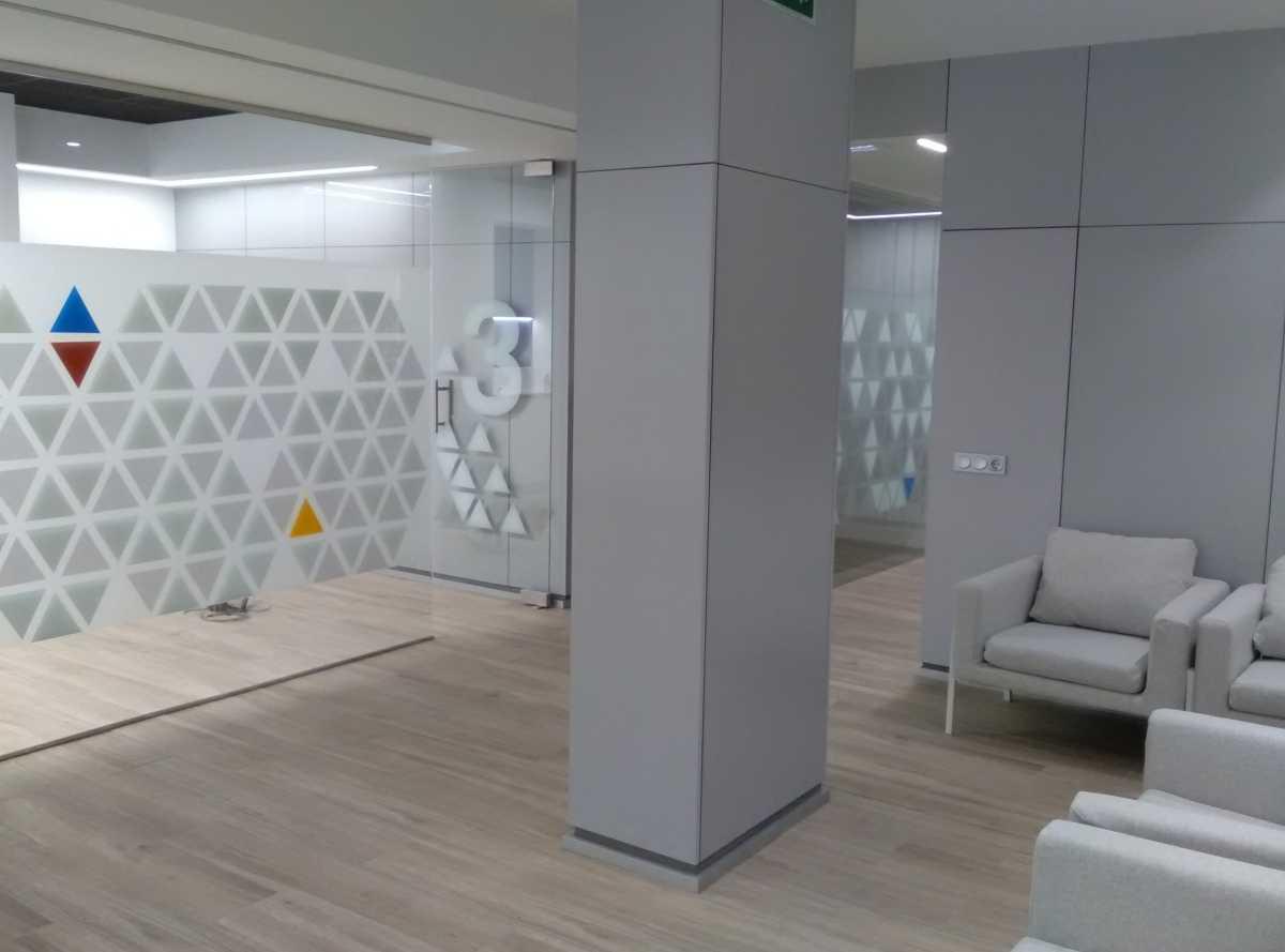 En una segunda zona de espera percibimos la rigurosa planificación del diseño para las distintas áreas, con gabinetes cerrados con vidrios y espacios abiertos para las zonas de espera, sin olvidar el área técnica y privada.