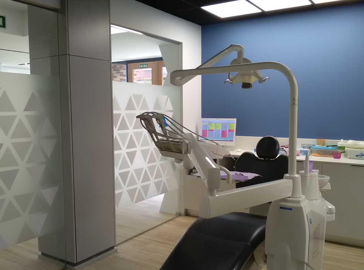 Los gabinetes, donde prima la funcionalidad, combinan el azul de la pared con el negro del techo, resaltando el blanco del mobiliario realizado a medida.