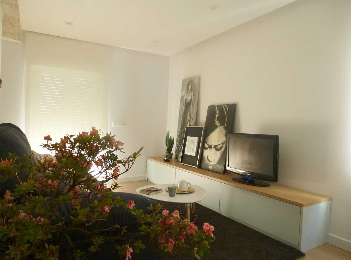 El mueble de tv. sirve de galería dando funcionalidad al espacio.